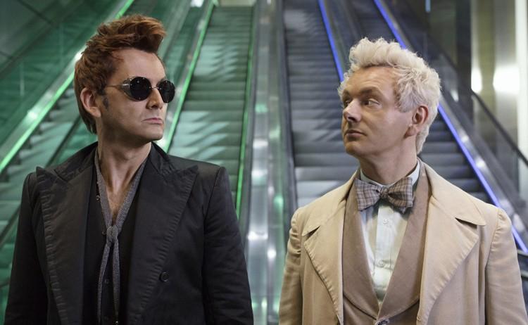 Главные роли сыграли Дэвид Теннант (демон Кроули) и Майкл Шин (ангел Азирафэль).