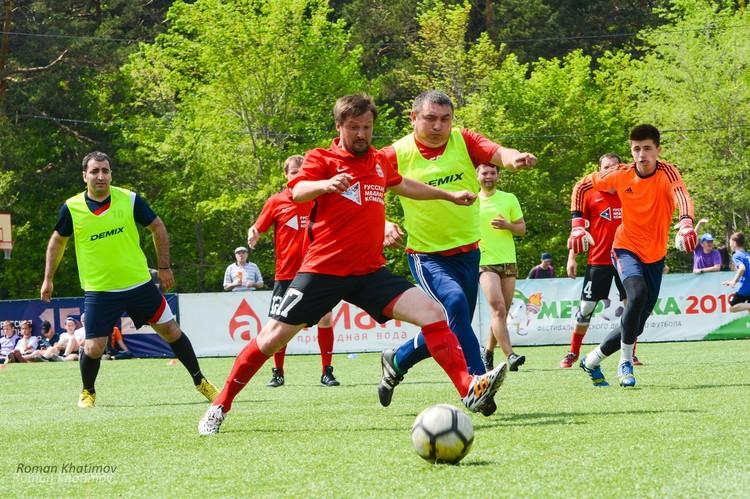 На разогреве у будущих чемпионов - ветераны футбола. Фото: Роман Хатимов.