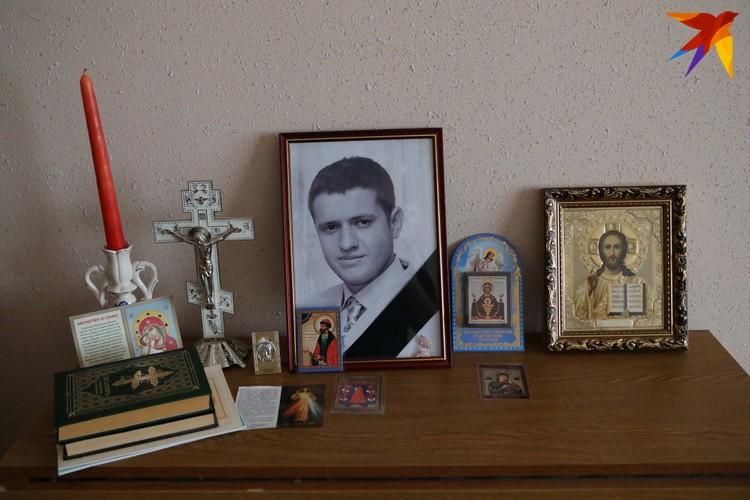 Фотографии Петра в доме родителей - на видном месте
