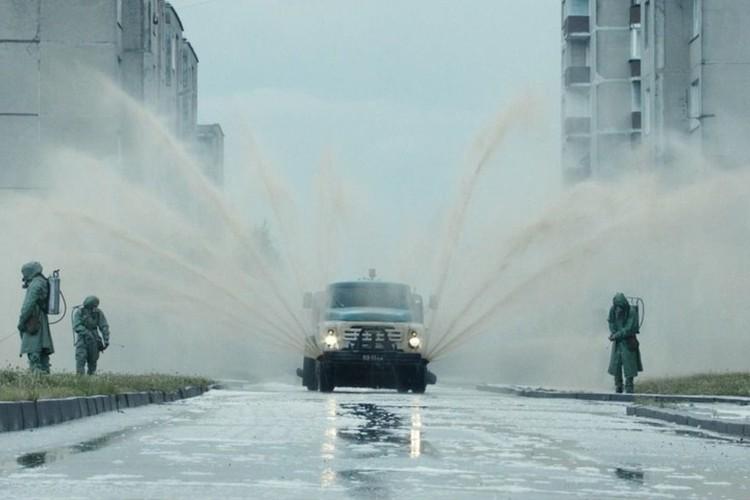 """Чтобы не разносить радиацию с пылью и грязью, в Чернобыле и Припяти мыли все: людей, технику, защитное снаряжение и даже улицы и дома. Фото: кадр из сериала """"Чернобыль"""""""
