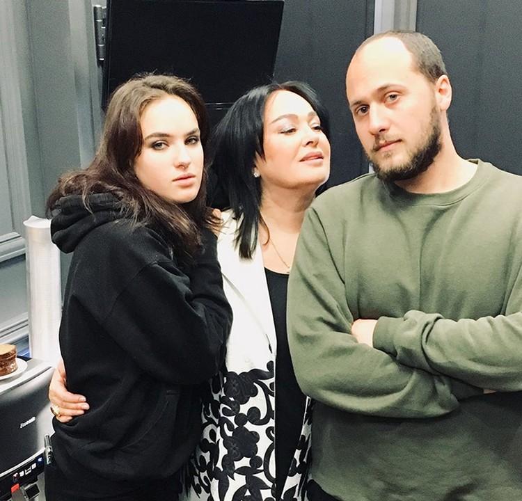 Лариса Гузеева с дочкой Лелей и сыном Георгием