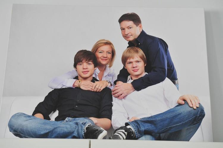 Семейное фото с мужем Андреем Безруковым и сыновьями Тимом и Алексом.