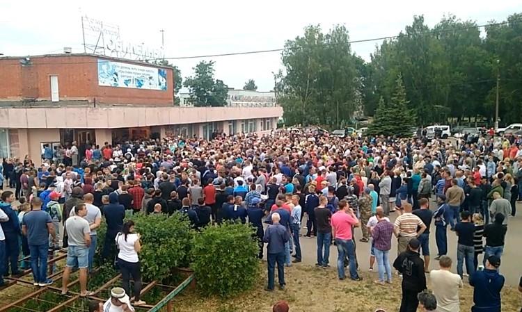 Сход жителей Чемодановки у местного Дома культуры.