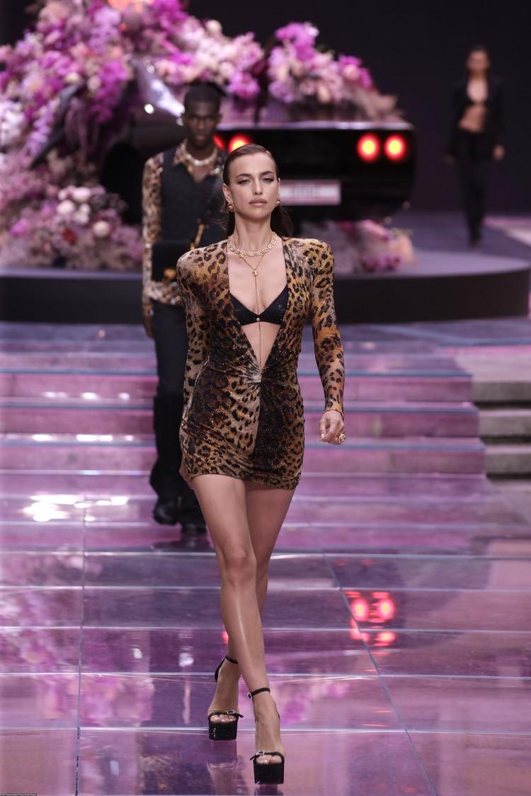 Ирина продемонстрировала леопаровое мини-платье с глубоким декольте.