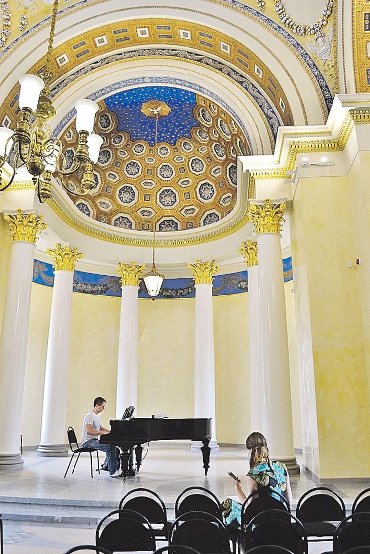 На втором этаже колоннады-усыпальницы теперь дают концерты.