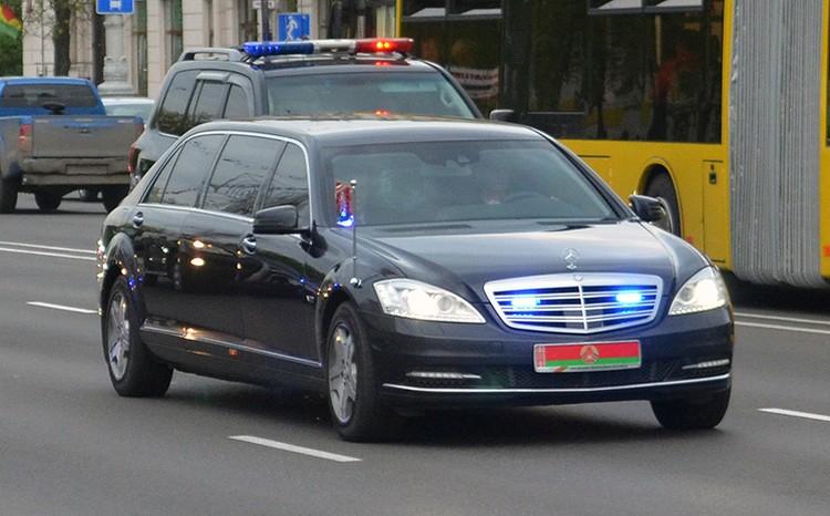 До сегодняшнего для флагманским лимузином Александра Лукашенко был этот бронированный Mercedes Pullman Guard Фото сайта avto-nomer.ru.