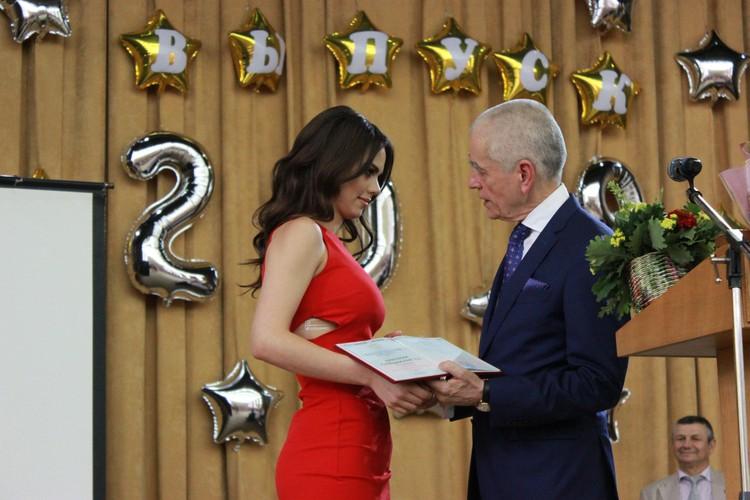 В стенах донецких вузов выпускникам впервые вручили российские дипломы