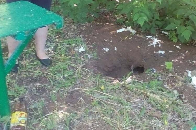 В этой яме и была закопана нога. Фото: Архив