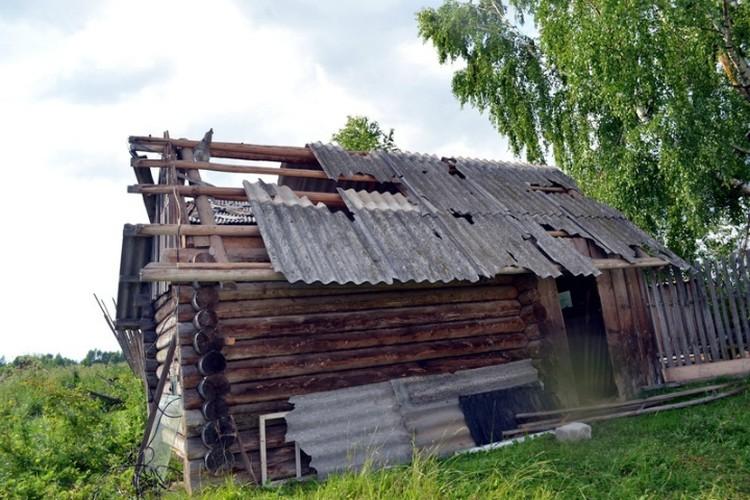 В деревнях не устояли перед смерчем и дома. Фото: Елена ДМИТРИЕВА