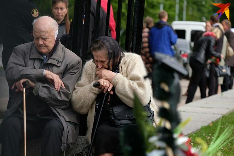 Собираться на кладбище люди начали за несколько часов до церемонии прощания