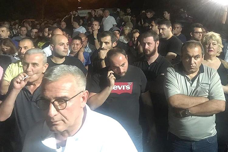 """Участники ночного митинга у здания телекомпании """"Рустави""""."""