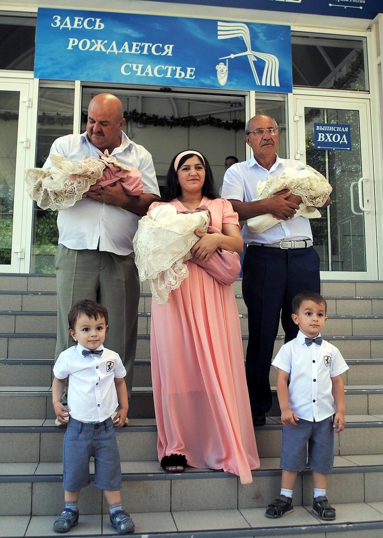 Пока папа на заработках счастливой маме с малышами помогут и дедушки.