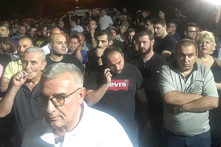Участники митинга у здания телеканала