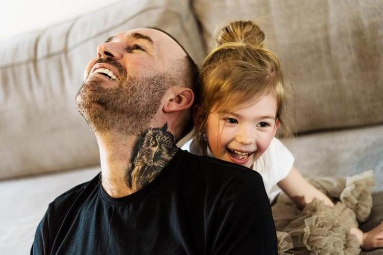 Дочка думает, что папа старенький