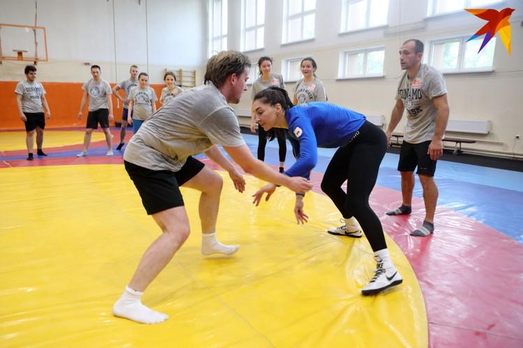 Одно из упражнений: надо дотронуться до колена соперника больше, чем это сделает он/она.