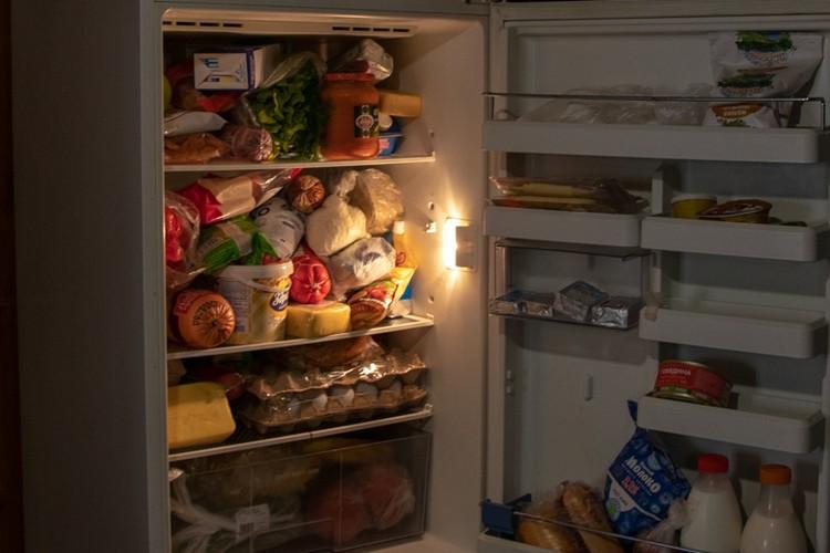 Холодильник бабушки и ее сына полон продуктов - еду им возить не нужно
