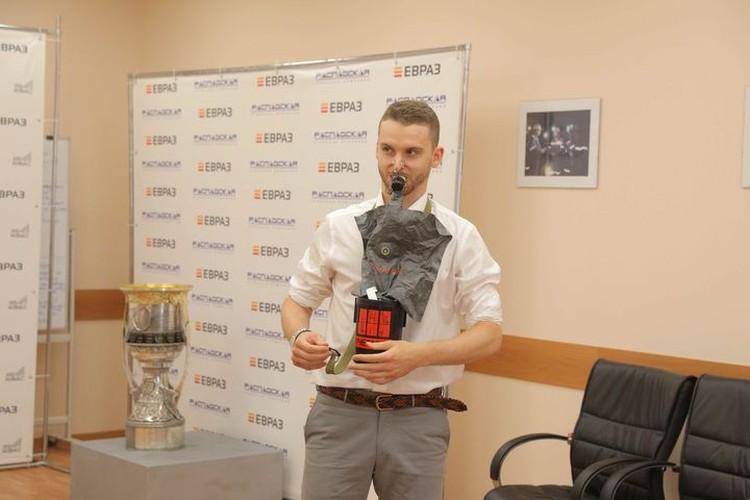 Прежде, чем спуститься в шахту, Илья Сорокин научился пользоваться самоспасателем. ФОТО: Денис Рассохин.