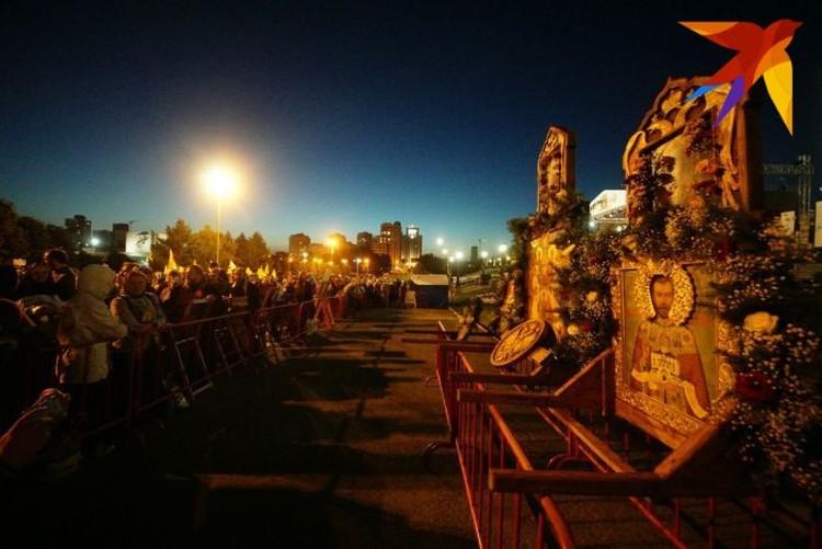 Верующие собирались в зоне, отделенной от Храма-на-Крови металлической оградой. К ней поставили иконы с изображениями членов царской семьи.