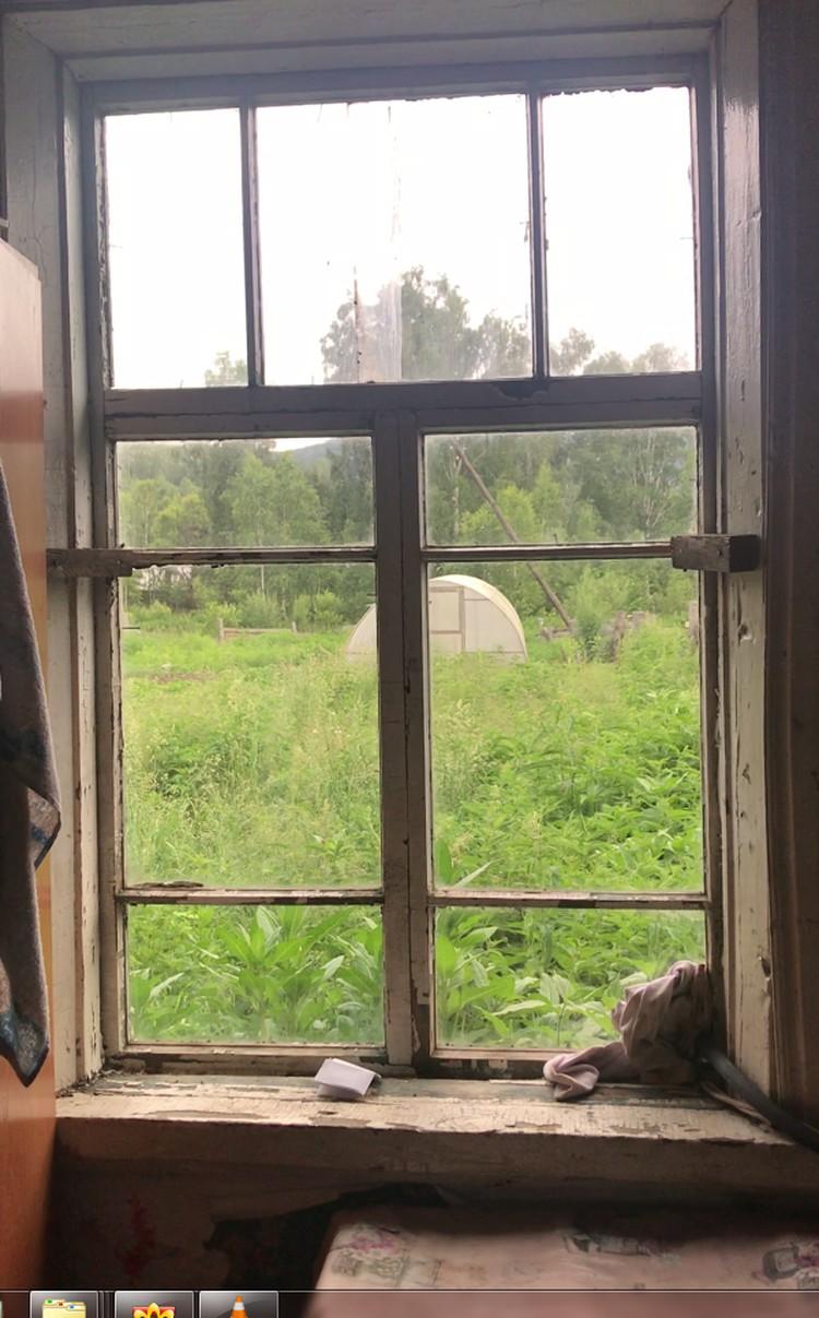 Внутри все требует ремонта: окна, стены, потолок и старая русская песка