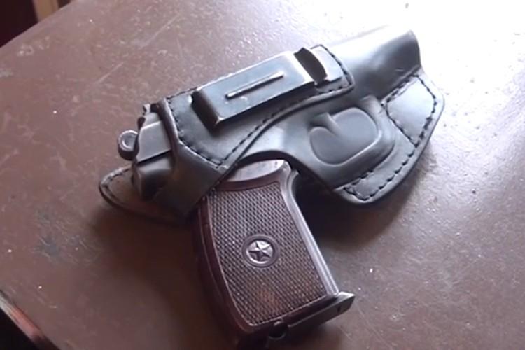 """Пистолет, который использовали в качестве """"аргумента"""" для нежелавших выходить на ринг."""