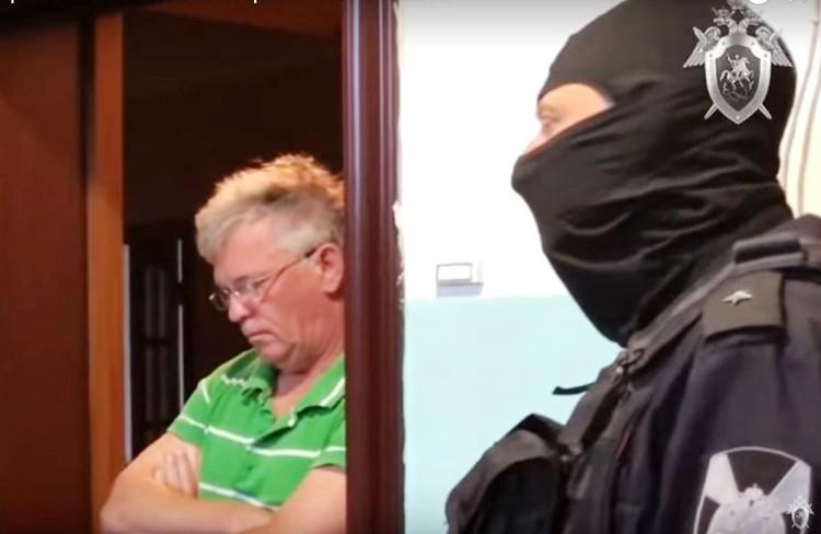 Визит правоохранителей застал врасплох и.о. министра ЖКХ Астраханской области. Фото - скрин оперативного видео СУ СК РФ.