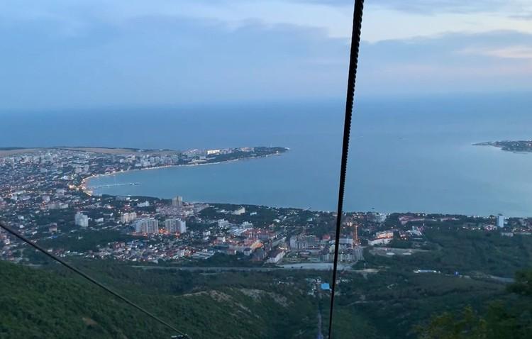 Вид на вечерний город и Геленджикскую бухту с высоты 740 метров над уровнем море. Фуникулер Сафари-парк - самый высокий у Черного моря. Фото Сергей АРЧАКОВ