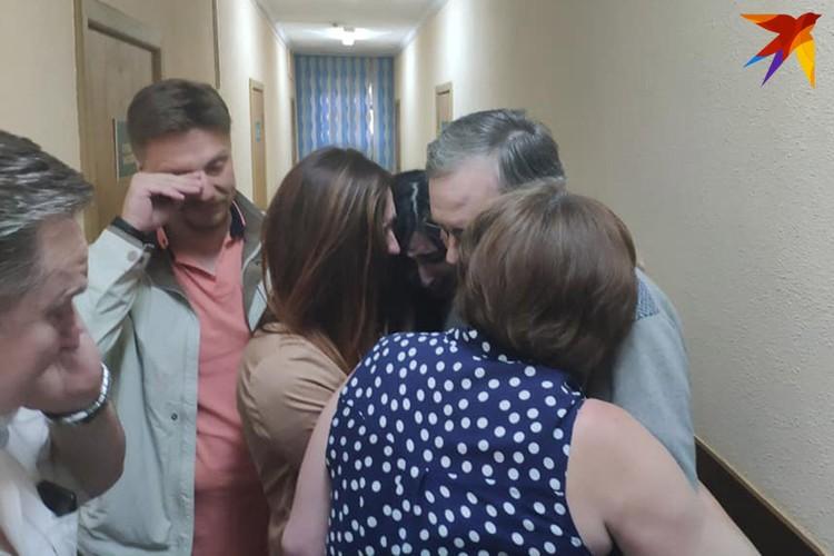 Андрей Головач обнимает своих дочерей и супругу.