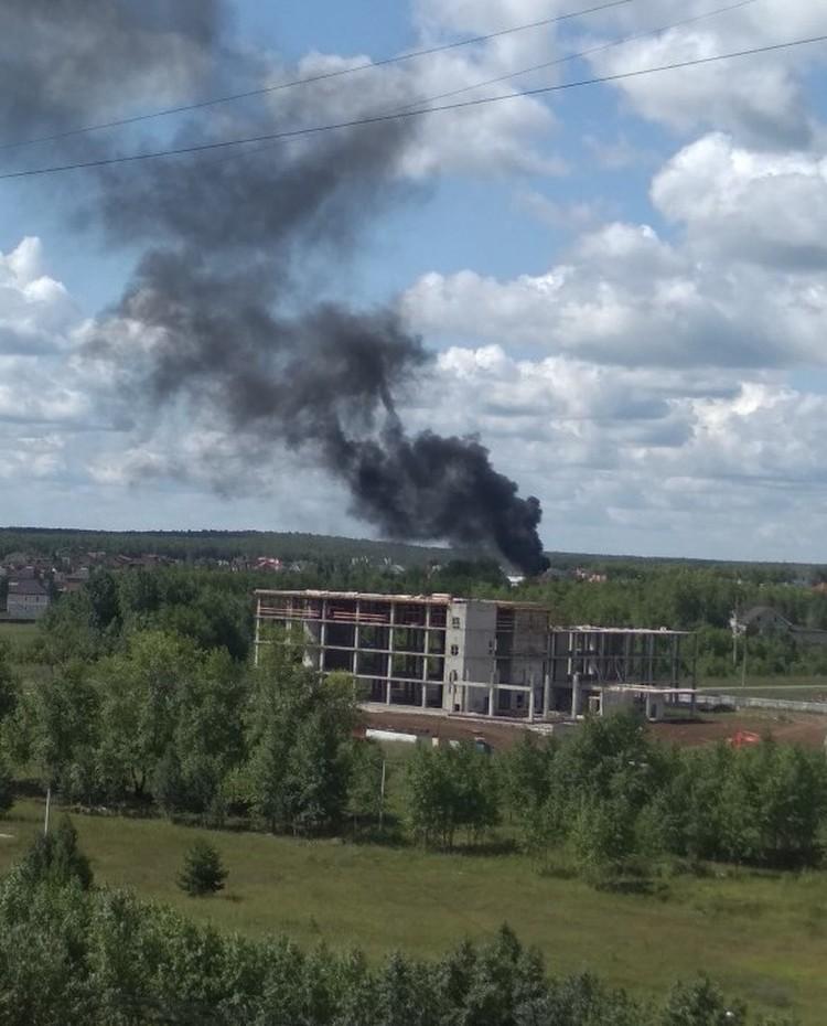 Дым видно за километры. Фото: группа во ВКонтакте «Типичный Челябинск»