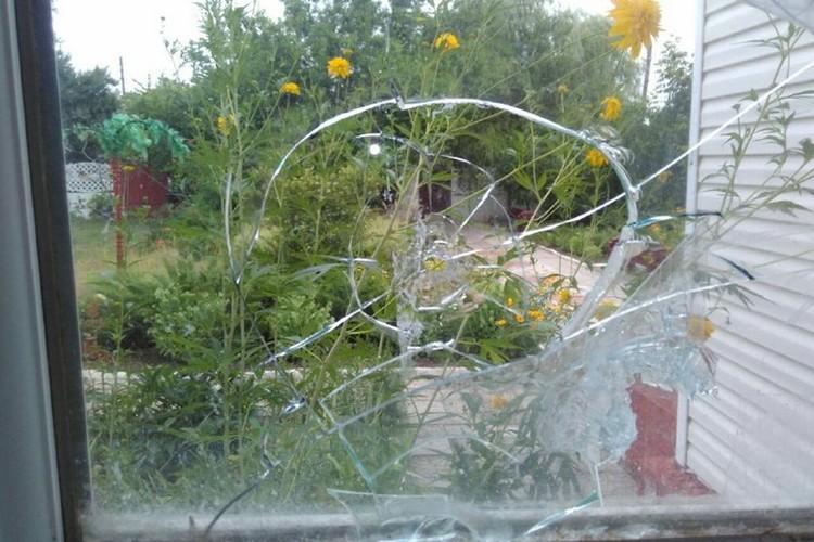 Роковой осколок влетел в дом жительницы Гольмовского через стекло. Фото: web.telegram.org/@Prikhodko1970