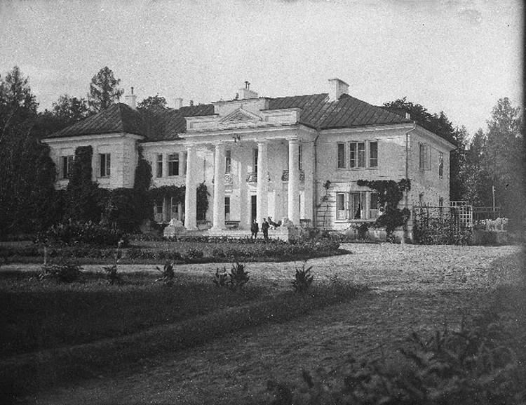 На этом межвоенном снимке можно рассмотреть еще и несохранившихся львов в правом торце здания. Фото: Wikipedia.org