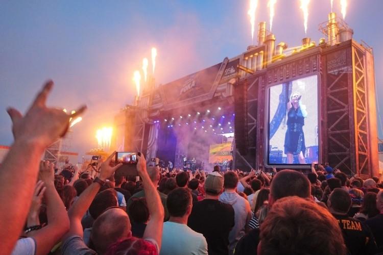 Настоящий огонь вырывается из труб во время выступления нидерландской симфоник-метал-группы Within Temptation