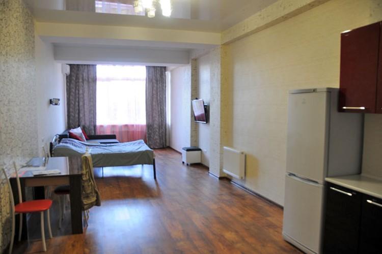 Такие апартаменты предлагают гостям Севастополя в центре города. Стоят они 2700 рублей в сутки.