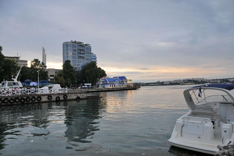 Артиллерийская бухта Севастополя прелестна в любое время суток, но на закате особенно.