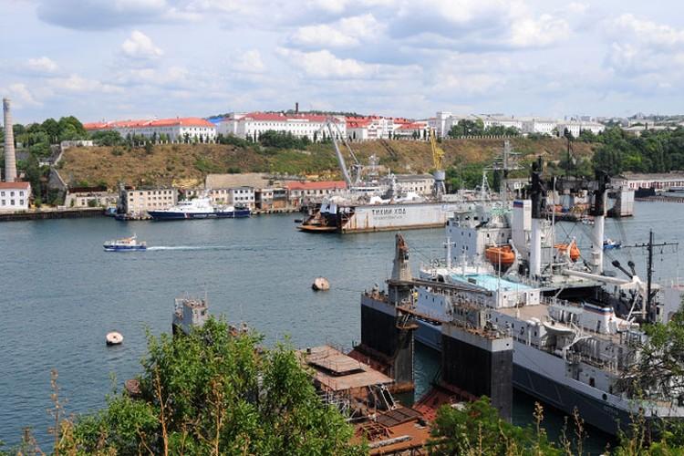 В Южной бухте сосредоточились верфи, судостроительные и судоремонтные заводы Севастополя. Это главная гавань-работяга города.
