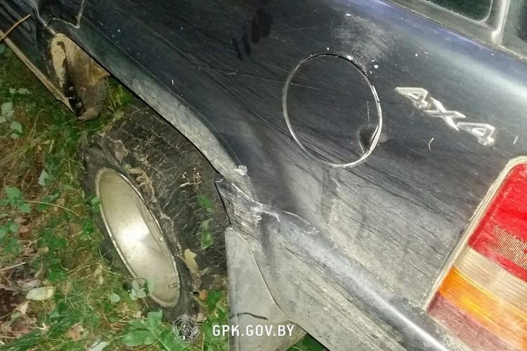 Машину с пробитыми колесами нашли в поле. Фото: Госпогранкомитет.