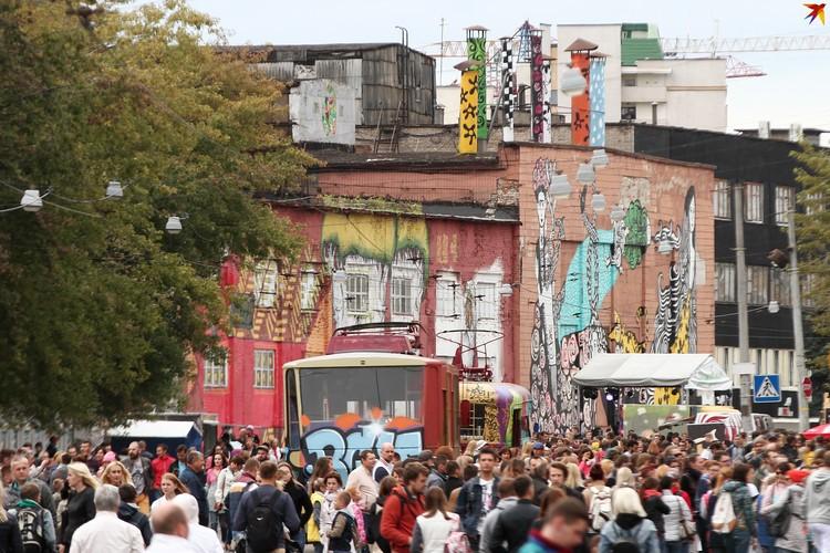 Яркие граффити появились на Октябрьской именно благодаря фестивалю Vulica Brasil