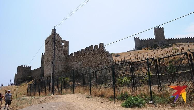 Генуэзская крепость в Судаке – это главный туристический объект не только города, но и всего региона. Рассказывая о крепости, гиды предпочитают молчать, что от реальной крепости мало что осталось, а современная цитадель – это в основном реконструкция.