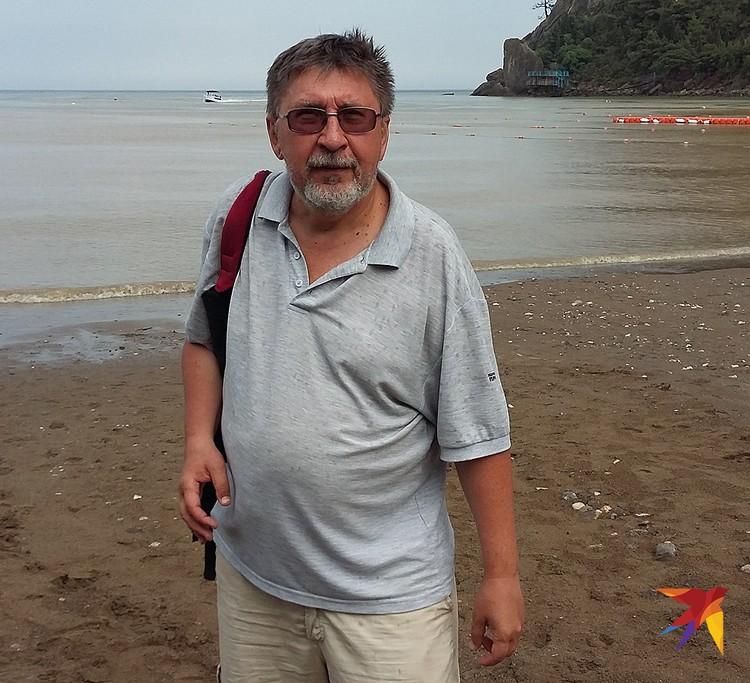 Прошедший за час до моего приезда в Новый Свет ливень смыл половину местного пляжа, поэтому и корреспондент «КП» выглядит здесь так сиротливо.