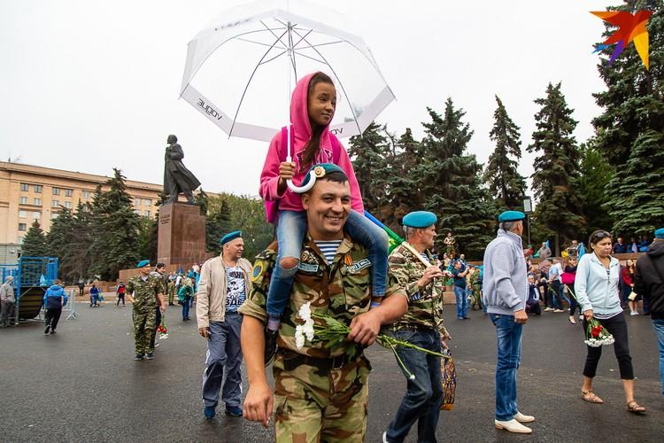 Десантники вместе с детьми собрались в центре города в День ВДВ в Челябинске.