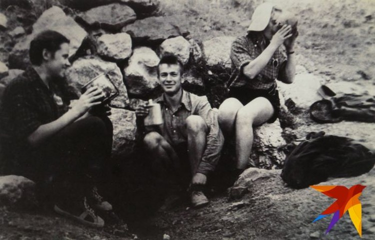 Ужин туристов. Слева направо: Зина Колмогорова, Володя Шунин, Лиля Русских. Фото: предоставил Павел Тарзин