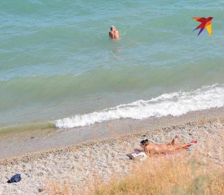 Нудисткий пляж в Коктебеле находится едва ли не в центре поселка и не огражден от обычного даже предупредительными знаками.