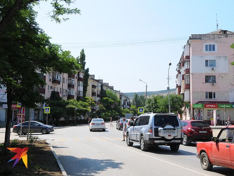 За пределами исторического центра Феодосия – это вполне скучный провинциальный город, состоящий в основном из блочных хрущевских пятиэтажек.