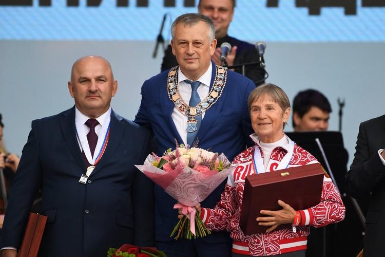 Александр Дрозденко чествует титулованных спортсменов. Фото: пресс-служба губернатора ЛО