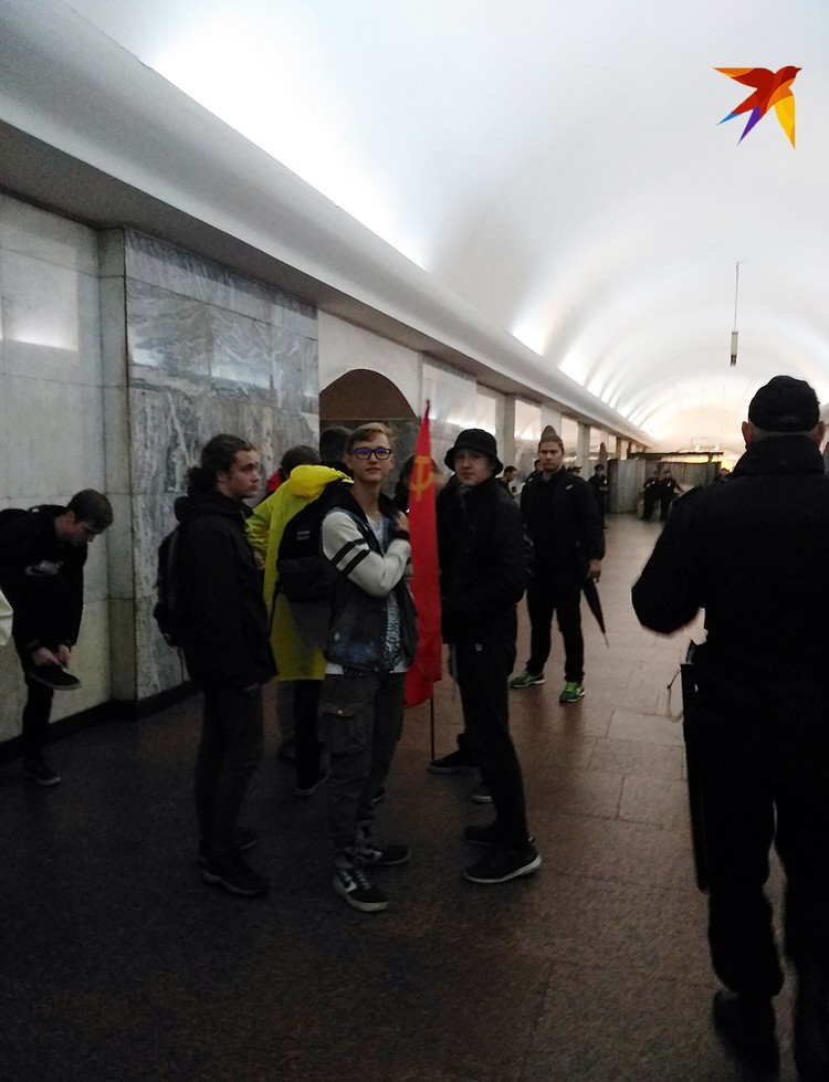 Не спешили покидать станцию метро Чистые пруды стайка ребят лет 16-18 с коммунистической символикой