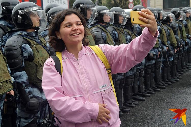"""Селфи с """"охранителями режима"""""""