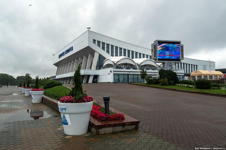 Варламов пишет, что елочки в горшкахбыли бы уместны на узкой улочке, но на огромной площади нужны как минимум 10-метровые ели Фото: varlamov.ru