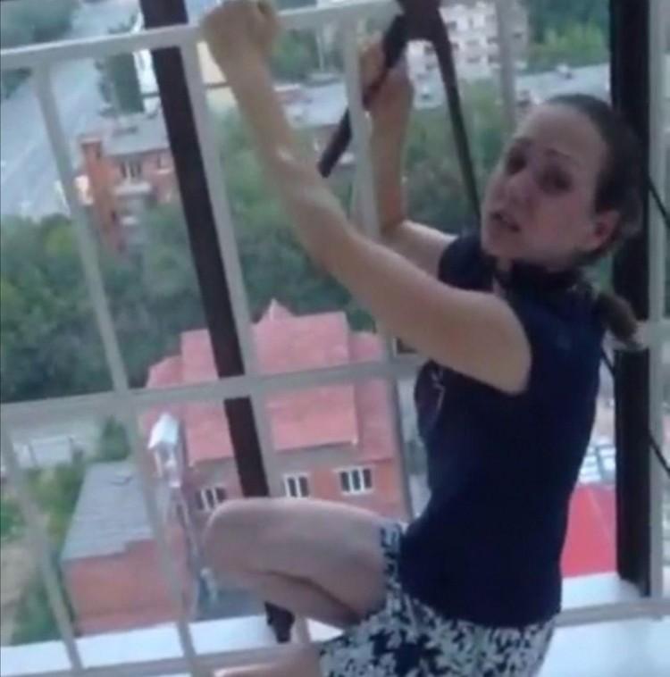 В распоряжении КП-Челябинск оказались кадры, на которых Виктория обмотала шею ремнем и картинно пытается задушить себя.