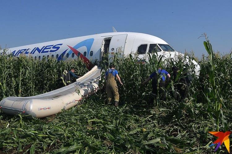 Пассажиры покидали приземлившееся судно по надувному трапу.