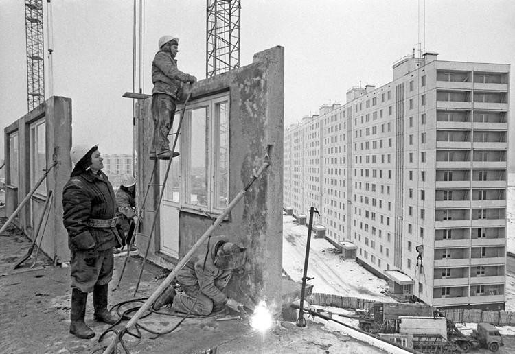 Монтаж 16-этажного жилого дома в московском микрорайоне Строгино, 1981 год. Фото Юрий Лизунов/Фотохроника ТАСС