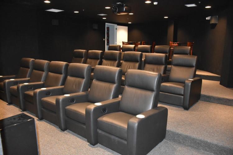 В некоторых бункерах есть свой собственный кинотеатр. Фото: SurvivalCondo.com